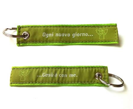 """A1388 - Portachiavi Stoffa Verde Fronte/Retro """"Ogni nuovo giorno Gesù è con me"""""""